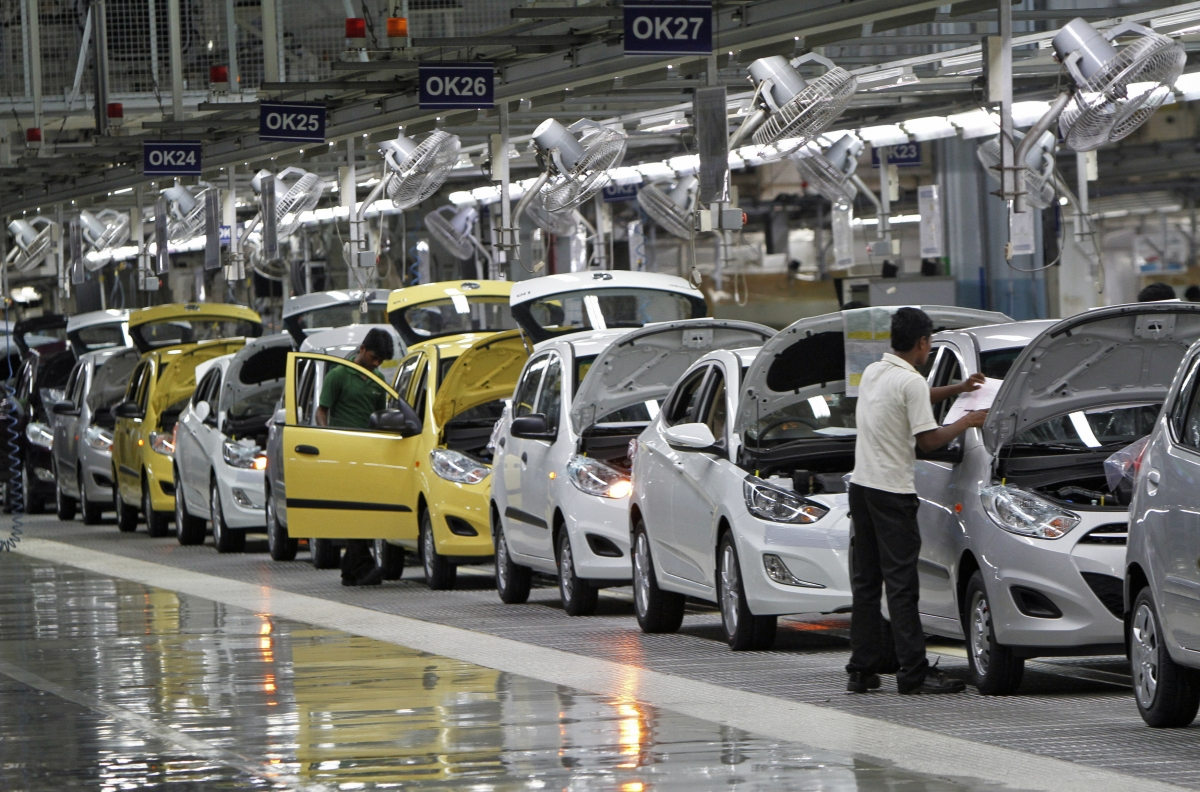 The biggest decline of 8 years in the auto industry, the risk of jobs too!